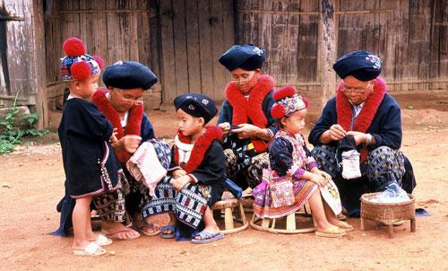 Leden van de Yao bergstam aan het borduren