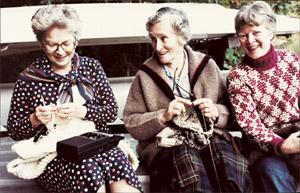 Elizabeth Zimmermann (midden) en Barbara Walker (links)