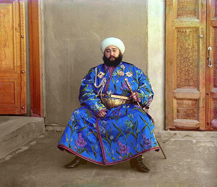 Mohammed Alim Khan van Boekhara draagt een chapan van zijde uit eigen atelier