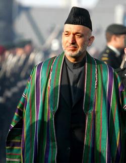 Hamid Karzai met een gestreepte chapan