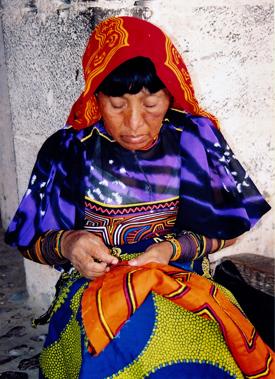Cuna-vrouw bezig een mola te maken