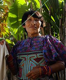 Cuna-vrouw met mola-blouse