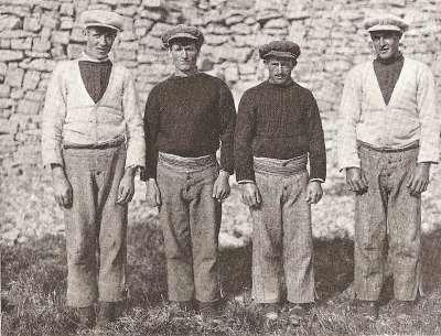 Aran - traditioneel geklede vissers (1910)