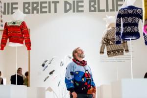 Bezoeker in tentoonstelling Breien! in Fries Museum, Leeuwarden. Fotografie Ruben van Vliet