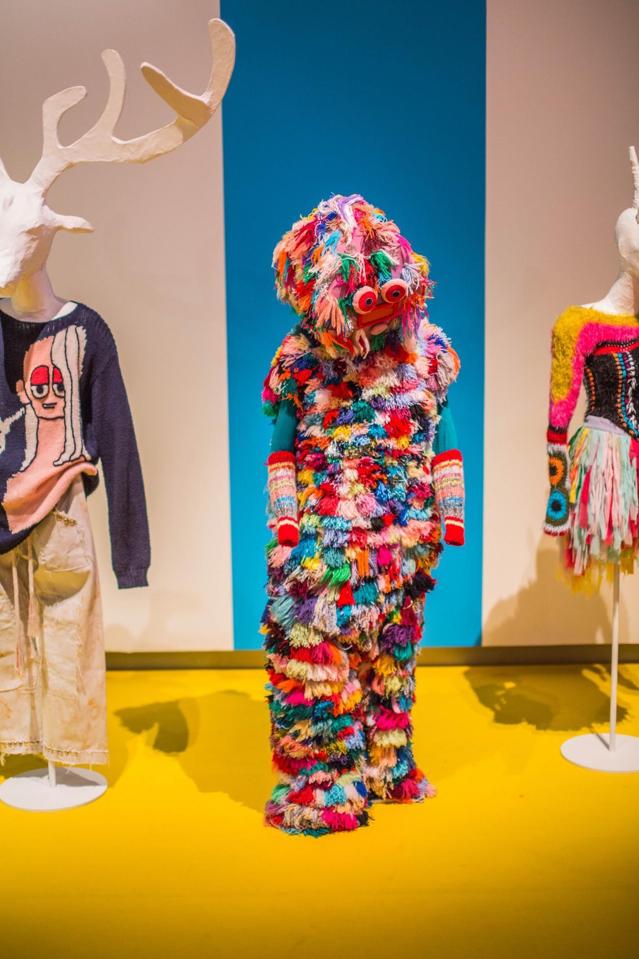 Fries Museum - Pakken Bas Kosters in zaal Wijdverbreid, tentoonstellingszaal Breien! - Foto Lucas Kemper.