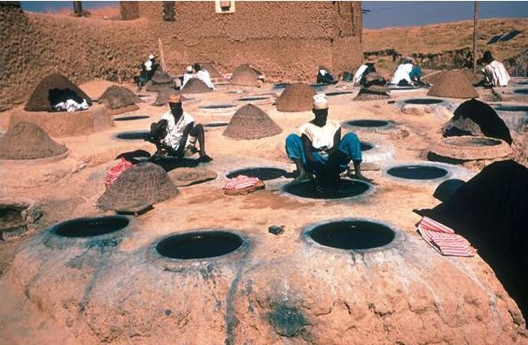 Indigo - Hausa mannen bij de indigo-verfputten in Kano