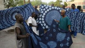 Voorbeelden van indigo-geverfde stoffen met patronen gevormd door afbindtechniek - foto Getty Images
