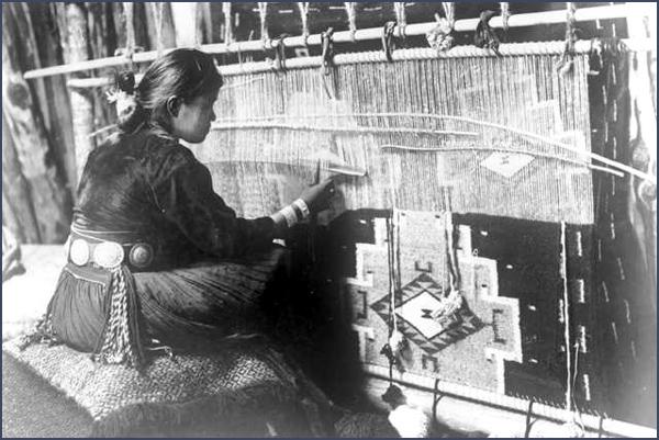 Een Navajo kleed wordt geweven op een traditioneel weefraam, circa 1920 - 1930