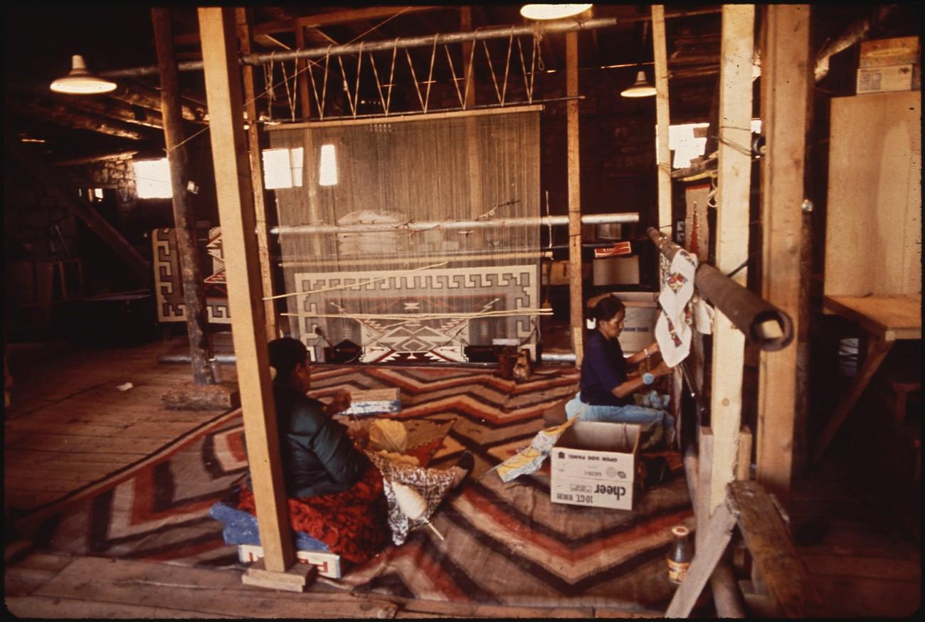 Navajo wevers aan het werk, Hubbell Trading Post, 1972