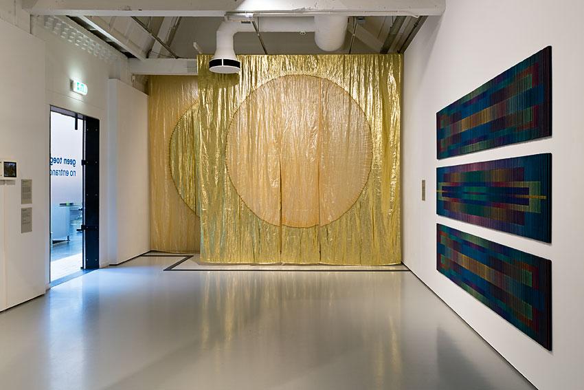 goudkleurige gordijnen van Jun'ichi Arai