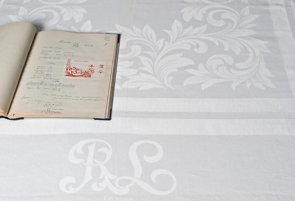 Textielmuseum - tafellaken Rotterdamsche Lloyd (RL) met werkschrift fa. Elias - damastgeweven linnen door J. Elias Textielfabrieken - foto Joep Vogels