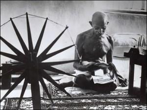 Mahatma Gandhi spint garen voor khadi.