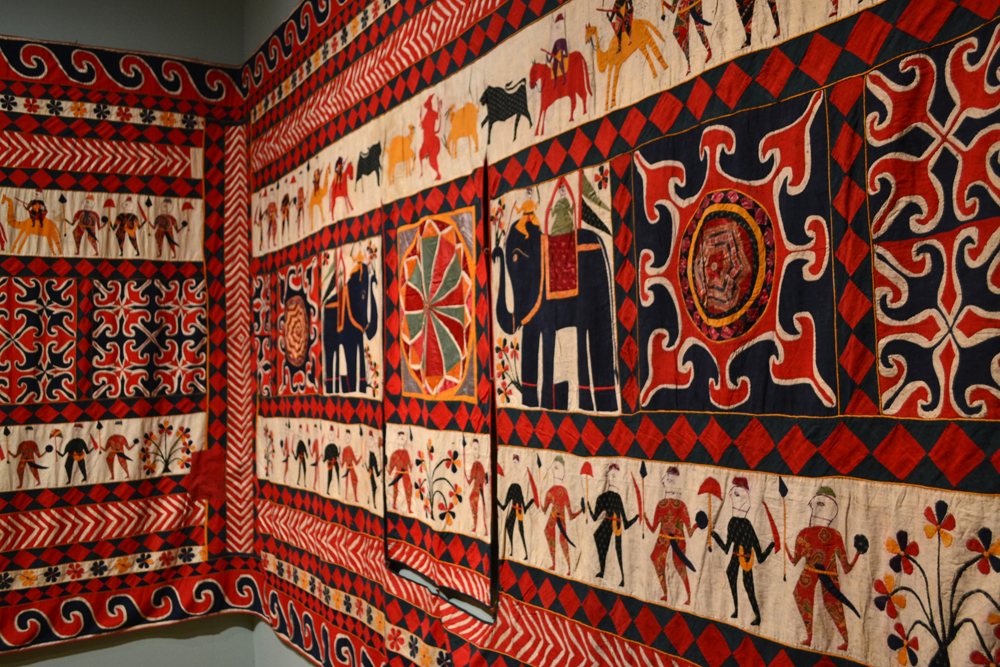 Wandkleed uit Gujarat, diverse stoffen geappliceerd op katoenen ondergrond - Victoria & Albert Museum