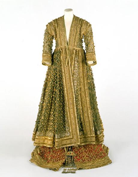 Kostuum uit Lucknow, 19de eeuw, geborduurde zijde geappliceerd met gouddraad - Victoria & Albert Museum