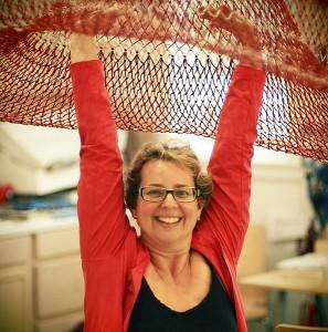 Janet Echelman met een prototype van een sculptuur.