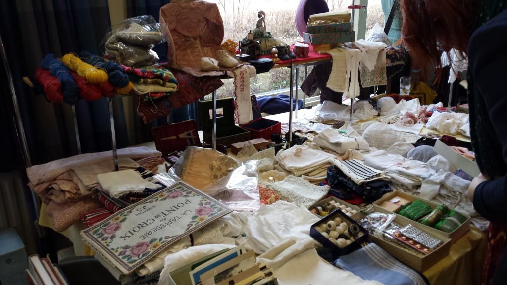 Er is veel antiek textiel te zien.