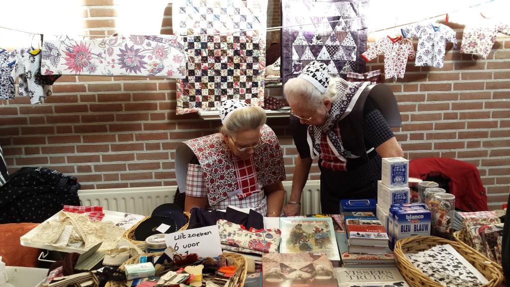 Natuurlijk komt u op de Antiek Textiel Markt streekdracht tegen.