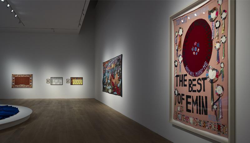 Zicht op de tentoonstelling, met Tracey Emin, 'Meow', 2005 - foto Michael Pollard.