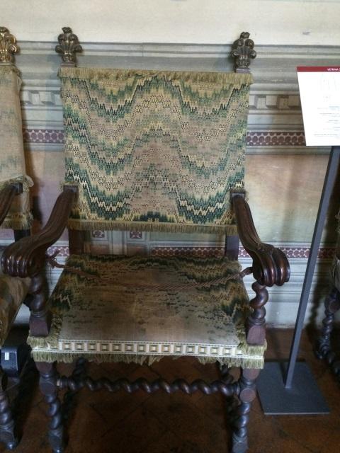Een van de originele stoelen in het Bargello Paleis, geborduurde stof in 'punto unghero'