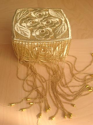 Een kapje (doppe) uit Uzbekistan, versierd met goudgekleurd metaaldraad - TRC collectie.