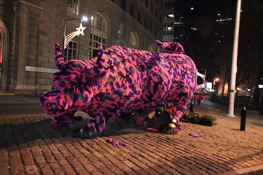 Wall Street's Charging Bull werd in 2011 tijdelijk van een jas voorzien.