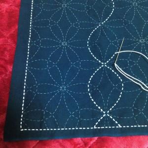 Het op de stof getekende patroon wordt zorgvuldig met gelijkmatige steekjes overdekt. Let erop dat kruisende steken elkaar nooit 'overlappen'.