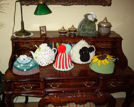 Een collectie theemutsen uit het boek Tea Cozies.