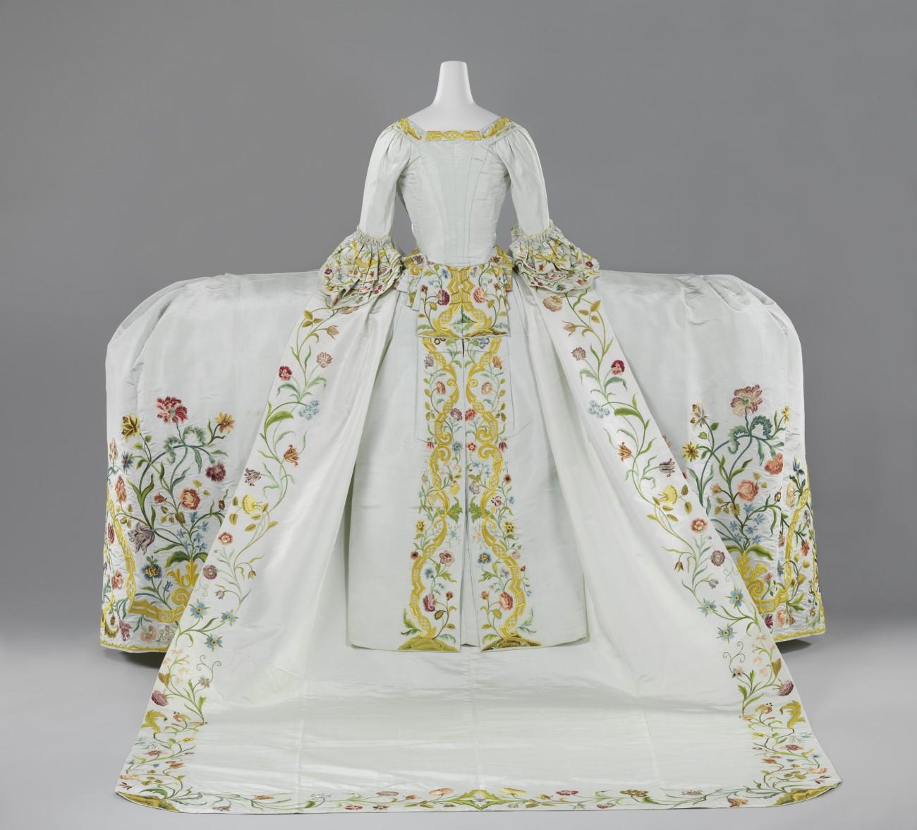 Trouwjapon van lichtblauwe ripszijde geborduurd met een floraal motief in veelkleurige zijde bestaande uit een lijf met staart, rok en sleep, circa 1750 - 1760.