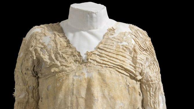 De bovenkant en de mouwen van de Tarkhan Dress is van geplooid linnen.