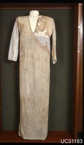 Linnen tuniek, gevonden in een graf uit het einde van het Oude Koninkrijk (crica 2686 - 2181 voor het begin van onze jaartelling) - Petrie 1898.