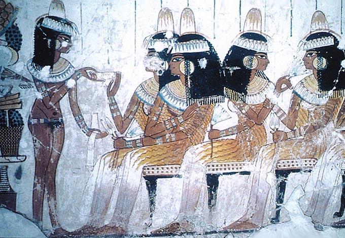 Vier elegant geklede dames in geplooide lange jurken met een bediende - muurschildering in het graf van Nebamun, Thebe, 1400 voor het begin van onze jaartelling.