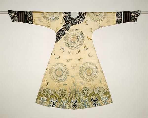 Ceremoniële mantel voor een vrouw, zijde en metaaldraad, geborduurd op zijden satijn, eerste helft 18de eeuw.