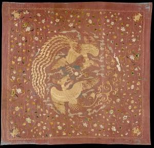 Paneel met feniksen en bloemen, zijde en metaaldraad, geborduurd op gaas, 14de eeuw.
