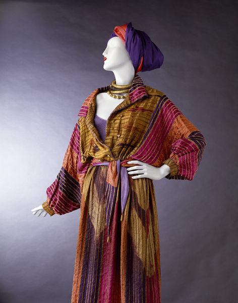 Zijden jurk, geverfd met afdektechniek, 1980, V&A Museum.