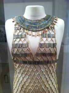 Oud-Egyptische jurk van net- en kralenwerk, circa 4580 jaar oud.