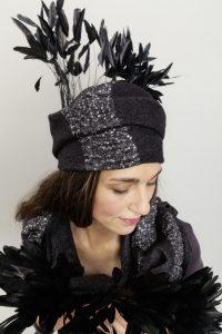 Bettina Kübler, hoed met pailletten en veren, zijde en wol.