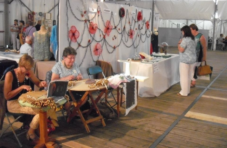 Kantklosters aan het werk tijdens het festival in 2015.