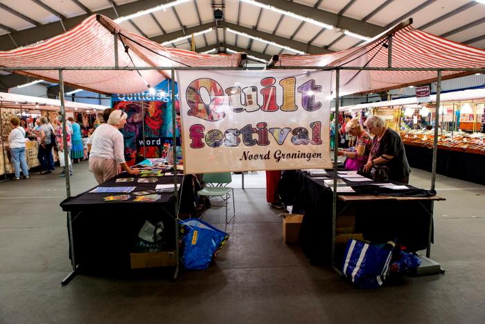 De textielbeurs van het Quiltfestival Noord-Groningen.