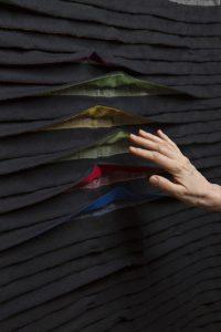 Ontwerp van Manuela Leite. Bij beweging openen de plooien zich - foto Matthias Ritzmann.