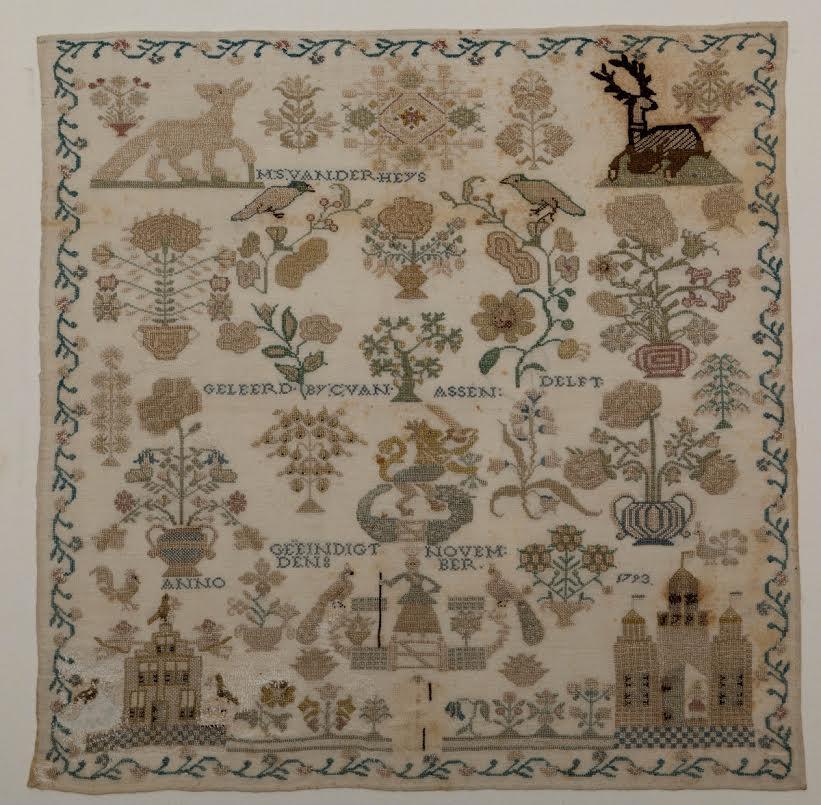 Een stoplap / merklap van linnen met zijden garen. De merklap dateert uit 1793 en is vervaardigd door M.S. van der Heys. De lap is rijk geborduurd met specifieke Zeeuwse kenmerken. Bovenaan staan een vos en een hert afgebeeld liggend op een heuvel, met hieronder twee vogels op een tak en met de Hollandse Leeuw en Maagd in de omringende tuin. Ook staat een poort afgebeeld met hierop het jaartal 1793. Op de merklap staat de tekst: 'M.S. van der Heys, Geleerd by C. van Assendelft: geëindigt den 8 Novenber Anno 1793'.