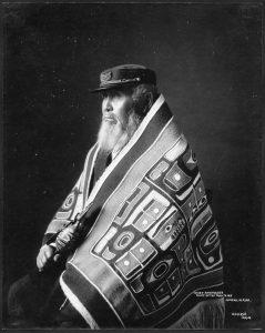 Stamhoofd Anotklosh draagt hier een Chilkat-deken - Juneau, Alaska, circa 1913.