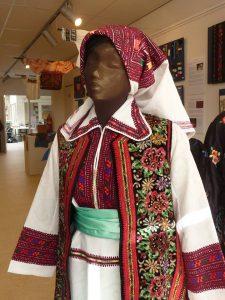 Behalve onderdelen van streekdracht zijn er ook complete kostuums te zien.