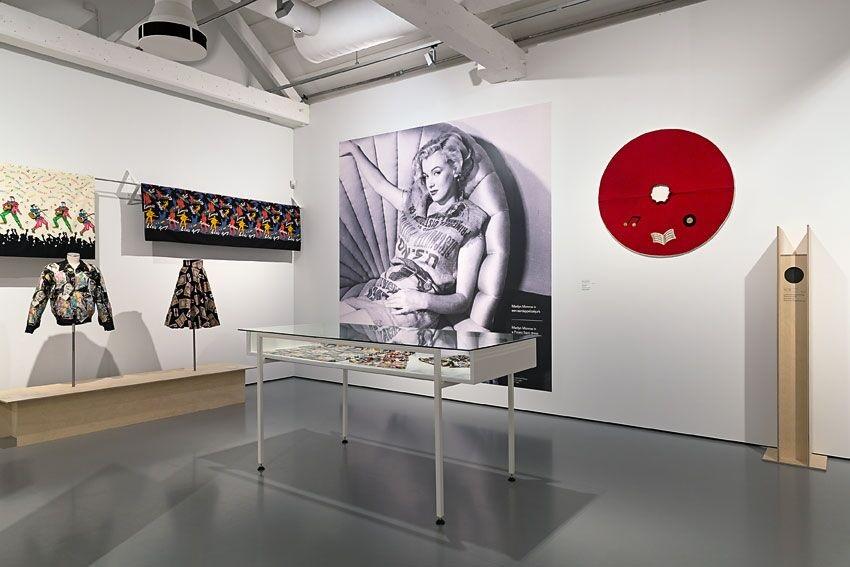 Tentoonstellingsfoto met centraal de beroemde foto van Marilyn Monroe die een aardappelzak als jurkje draagt - foto Josefina Eikenaar.