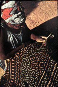 De decoratie van bògòlanfini wordt traditioneel door vrouwen gedaan.