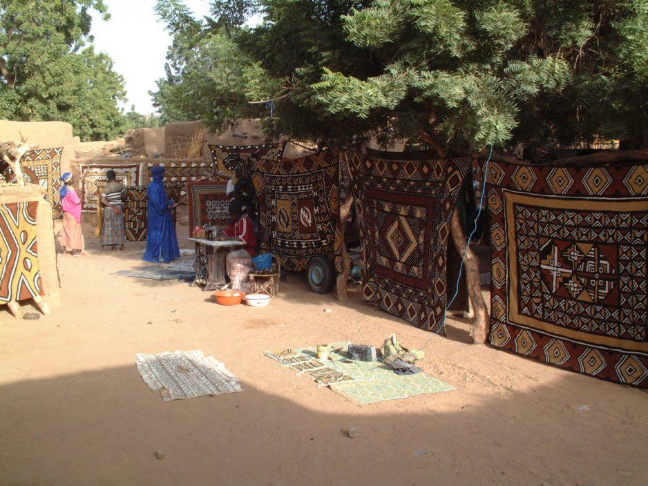 Groot-formaat bògòlanfini op de markt van Endé, Mali.