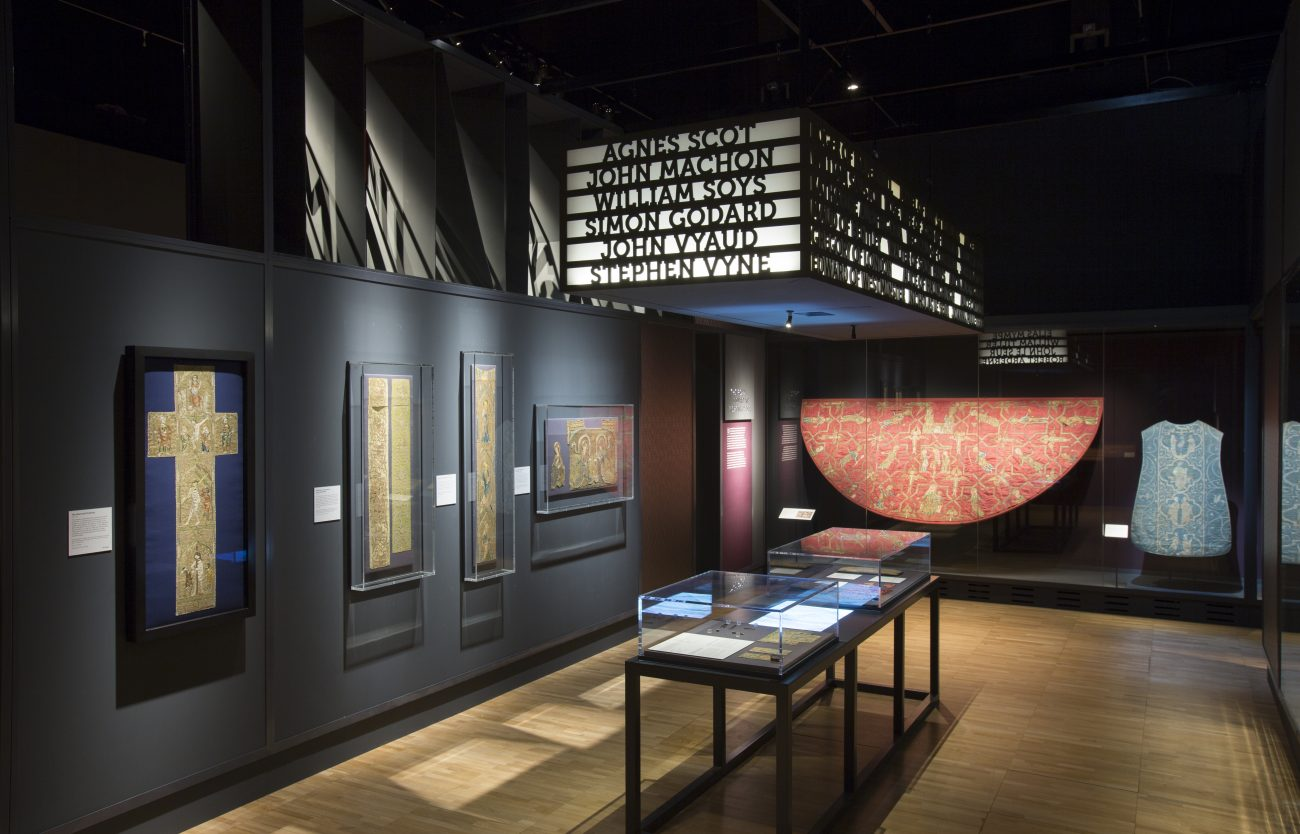 Opus anglicanum, tentoonstelling in het Victoria & Albert Museum, overzichtsfoto.
