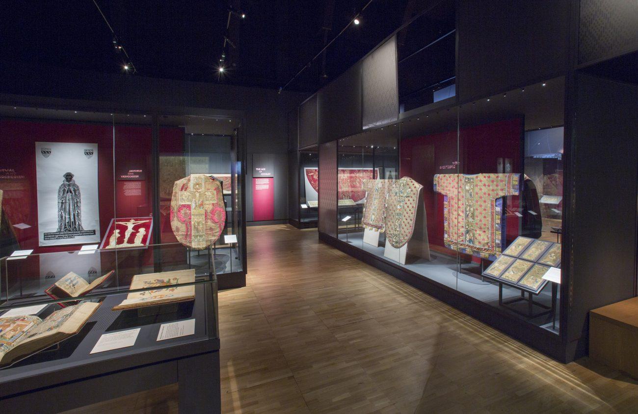 Opus anglicanum, overzichtsfoto van de tentoonstelling in het Londense Victoria & Albert Museum.