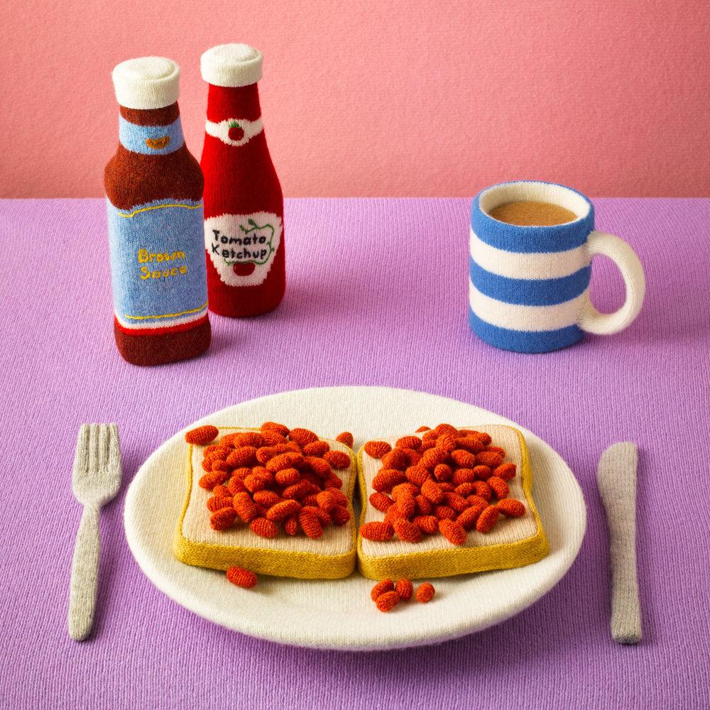 Een typisch Engels ontbijt: bonen met tomatensaus op toast door Jessica Dance voor Stylist Magazine - foto David Sykes.
