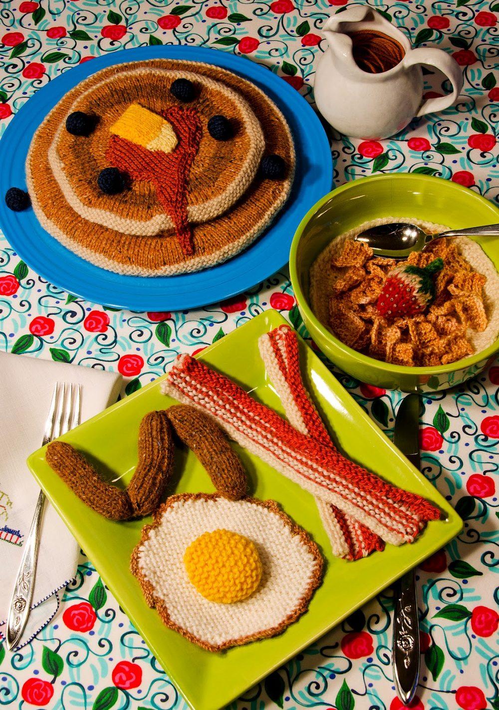 Een uitgebreid ontbijt met o.a. pannenkoeken, uitsmijter en worstjes - foto Colorful Stitches.