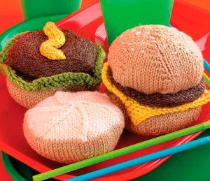 Gebreide snacks van Susie Johns.